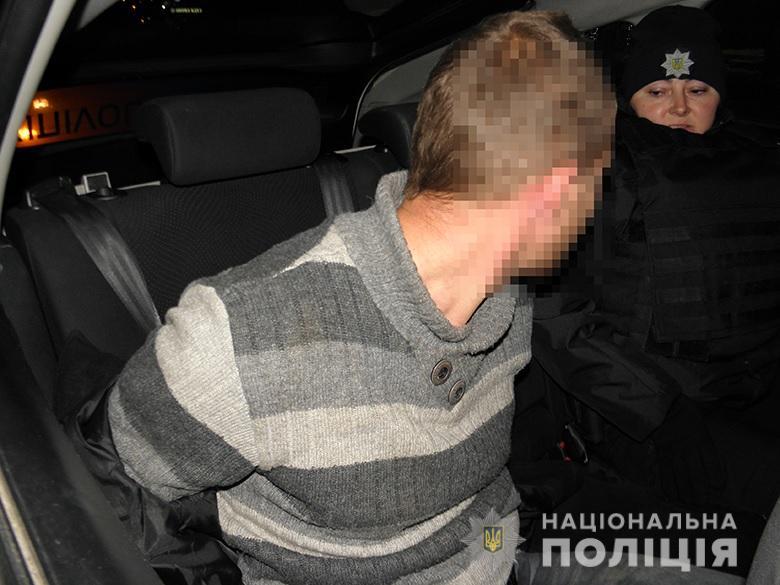 На остановке транспорта неизвестный ограбил киевлянина