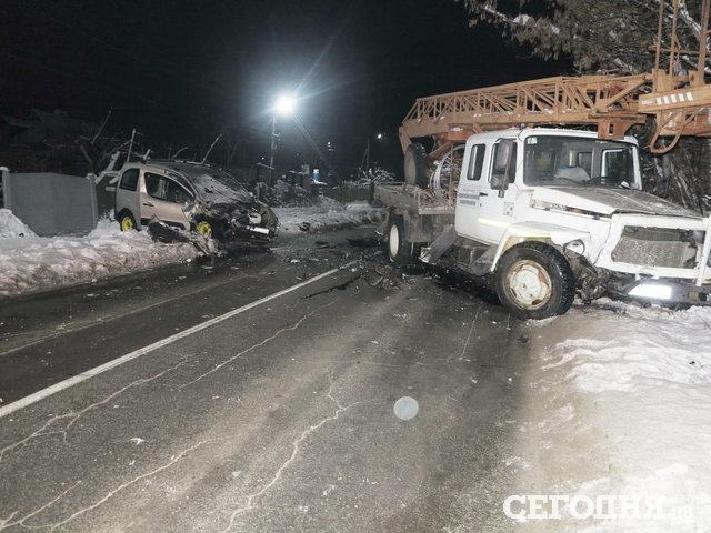 На узкой дороге под Киевом столкнулись легковушка и автовышка