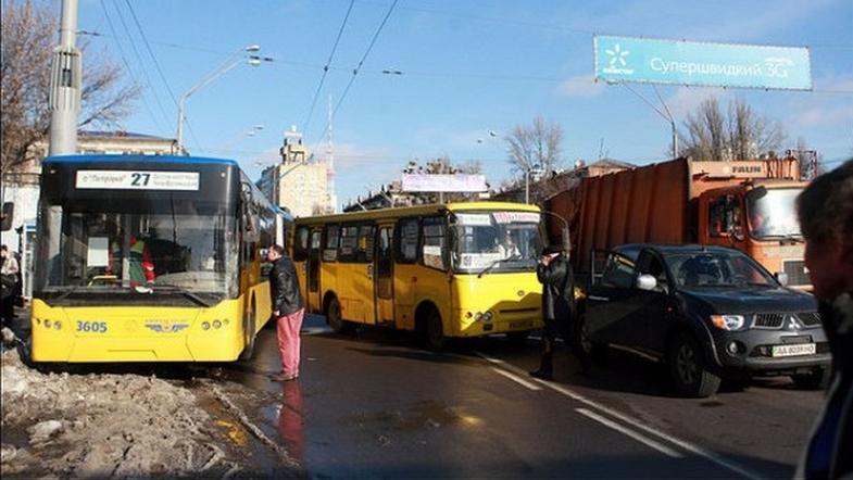 В Киеве водитель троллейбуса напал на пассажиров