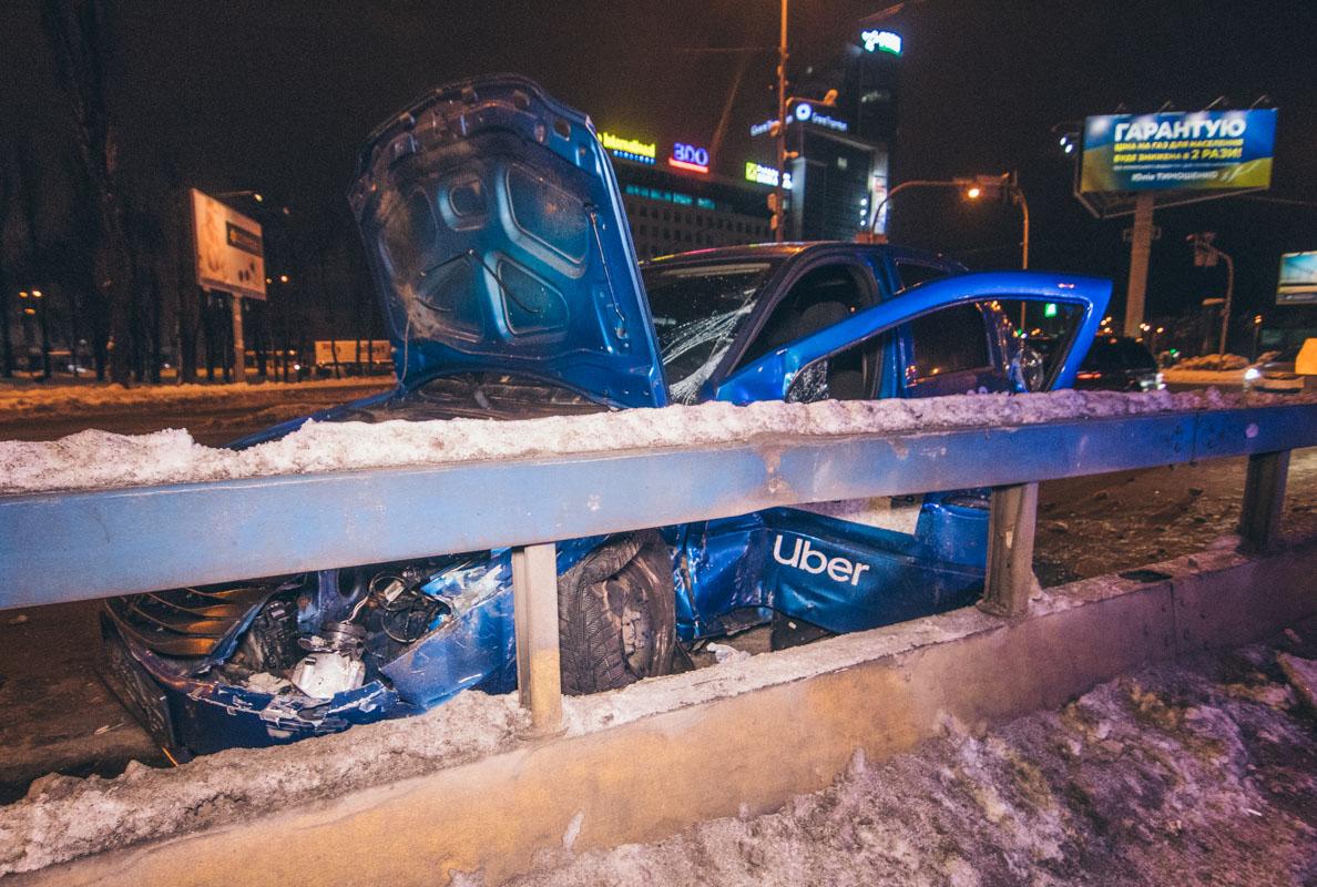 """ДТП в Киеве: водитель такси """"покинул"""" авто через лобовое стекло"""