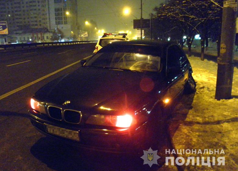 Киевлянка угнала машину у водителя, который ее подвозил