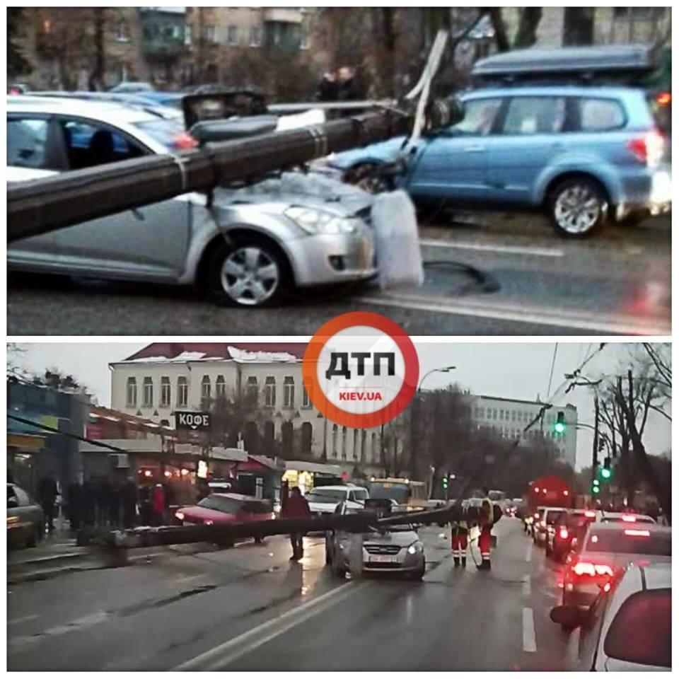 Необычное ДТП возле Куреневского рынка - на авто упал фонарь
