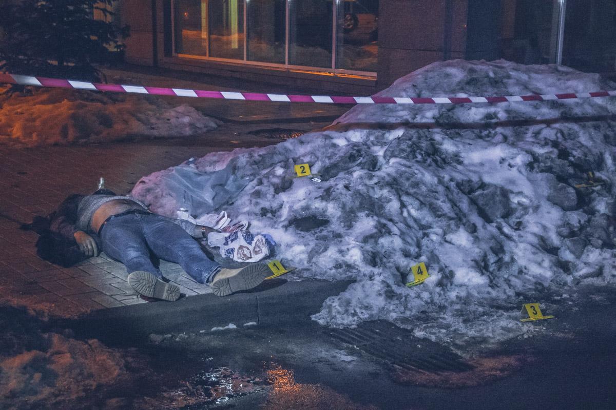 В Киеве неизвестный с двумя собаками с одного удара убил мужчину