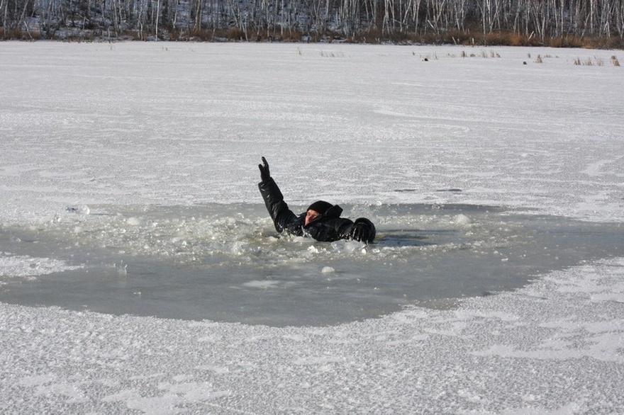 На озере Тельбин чуть не утонули бабушка с внучкой