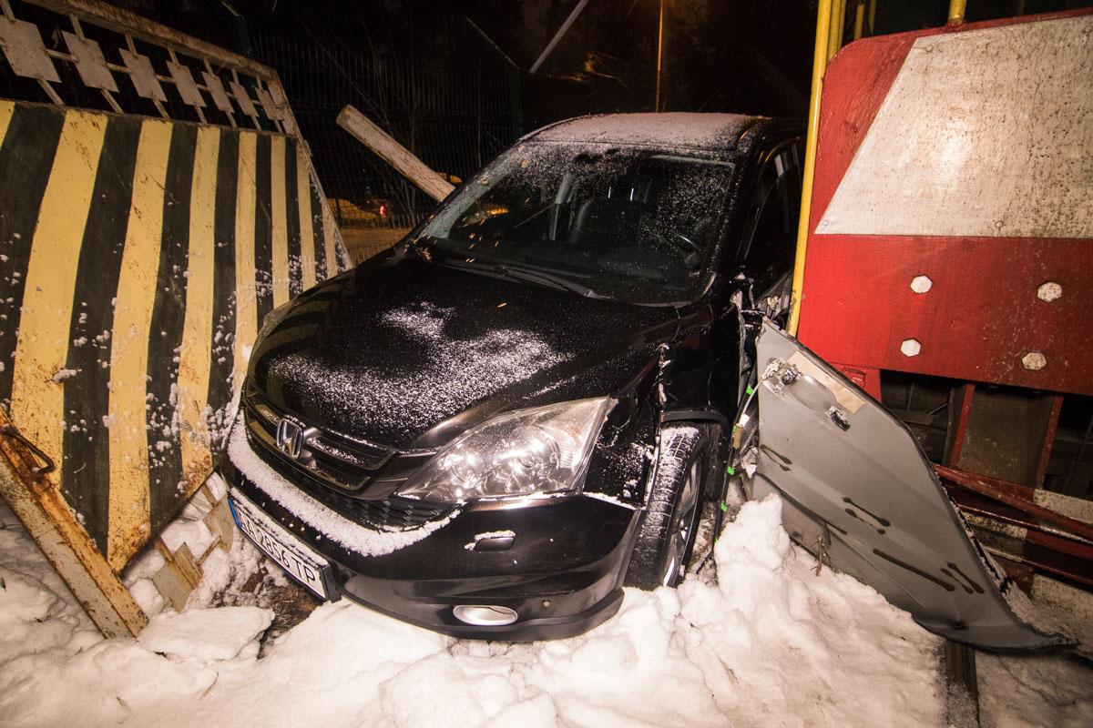 В Киеве электропоезд сбил легковой автомобиль