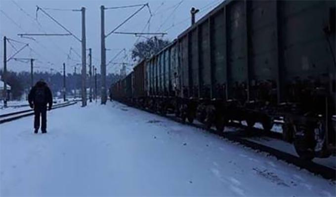 Под Киевом женщина из-за капюшона не заметила поезд и погибла