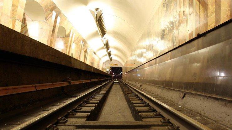 """На станции """"Дворец спорта"""" парень своим телом остановил метро"""