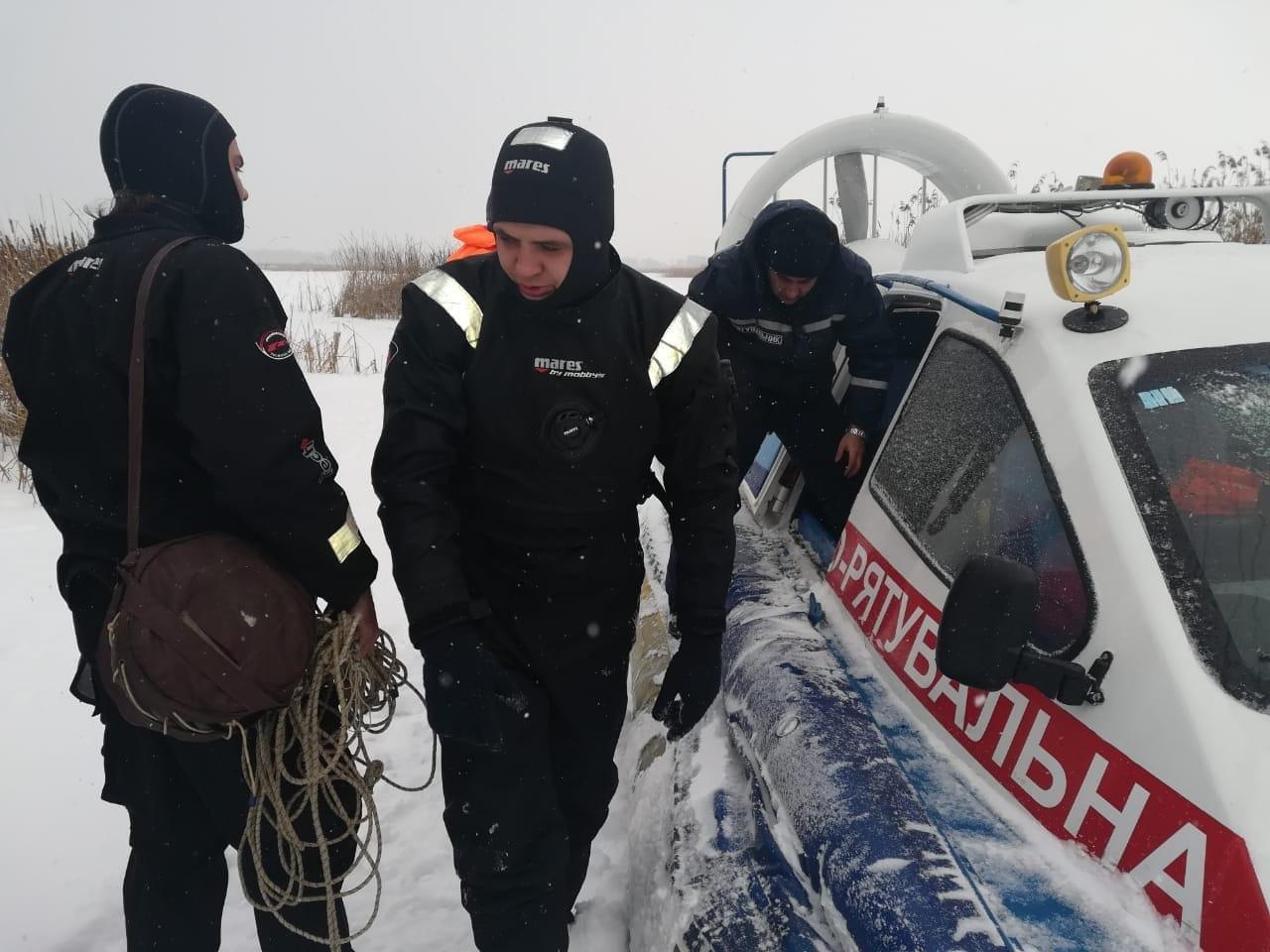 Трое людей провалились под лед, катаясь на снегоходе
