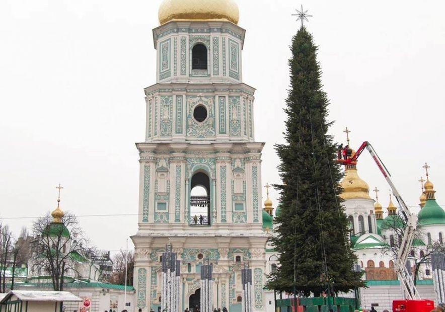 На Софийской площади разбирают главную елку