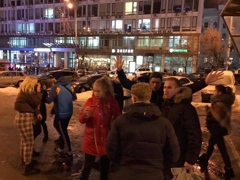 Возле метро в Киеве школьники-изверги жестоко избили беззащитного мужчину