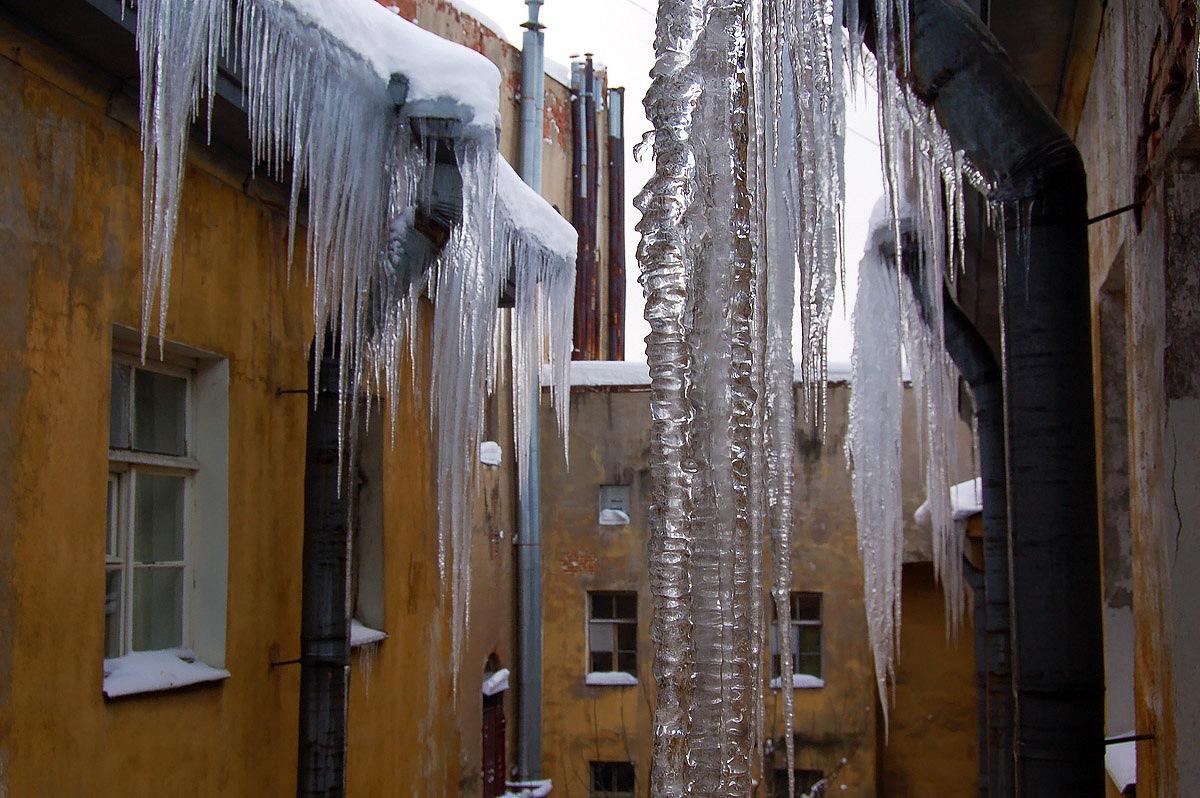 В Киеве плохо убирают сосульки с крыш зданий - депутат Киевсовета