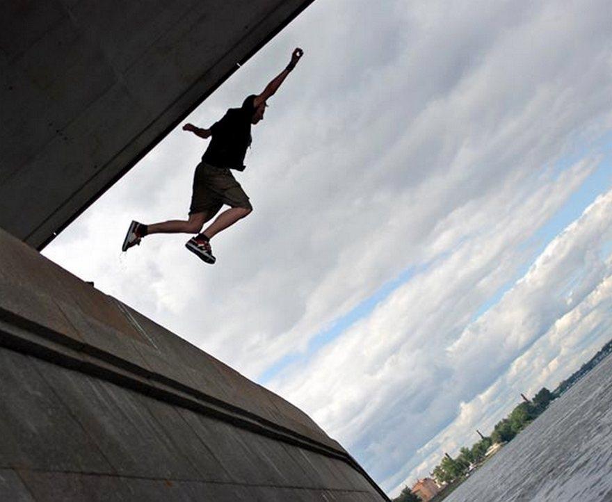 Поссорившись с мамой, киевлянин бросился с моста Метро и выжил