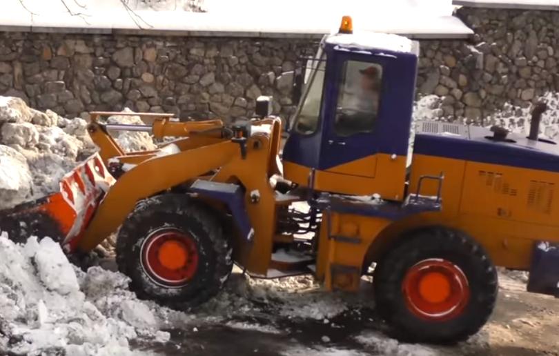 В Киеве начали работать мобильные снегоплавильные установки