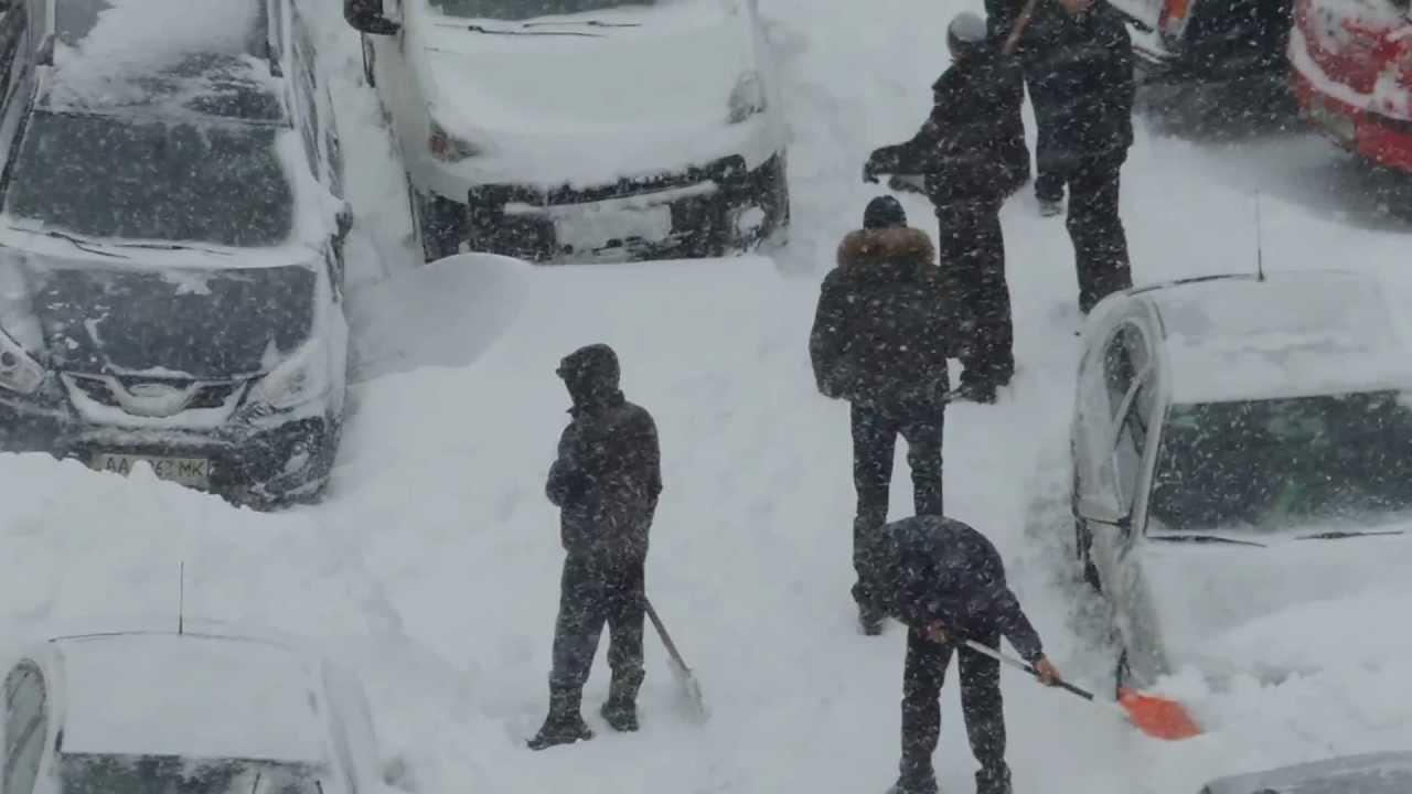 Снега зимой не выпросишь: киевляне стали зарабатывать на уборке снега