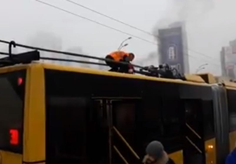 В Киеве водитель троллейбуса потушил пожар с помощью снега