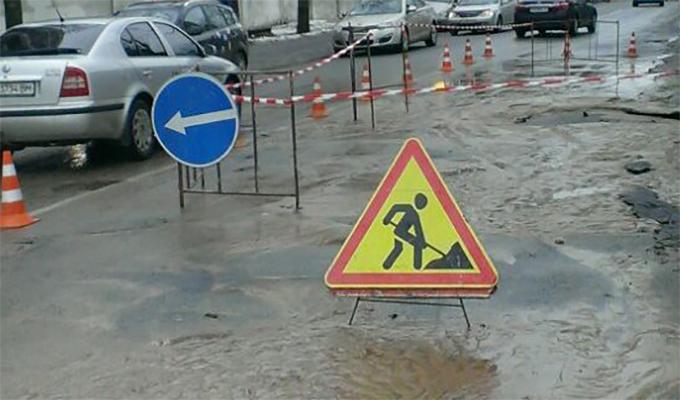 В Киеве полностью перекрыли улицу из-за масштабного потопа и аварии