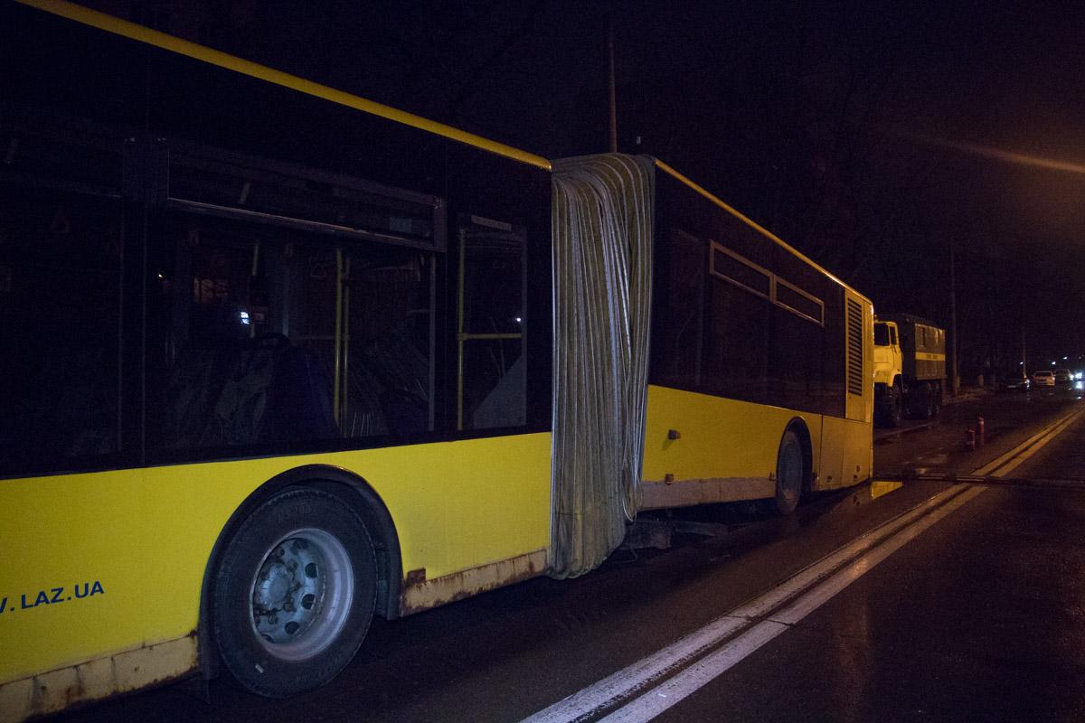 """На Троещине развалился автобус после наезда на """"полицейского"""""""