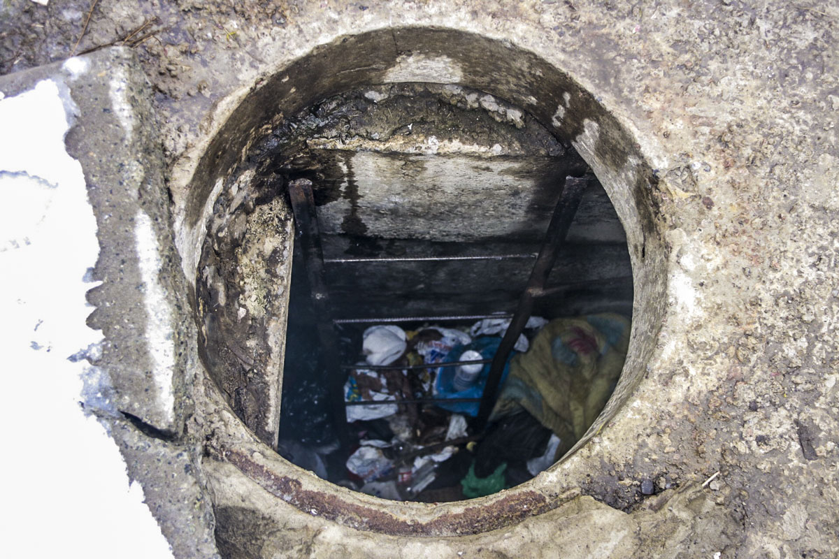 В Киеве женщина бросила мужчину с поломанной ногой умирать в канализации