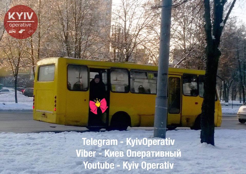"""В Киеве водитель маршрутки сходил в туалет на своем """"рабочем месте"""""""