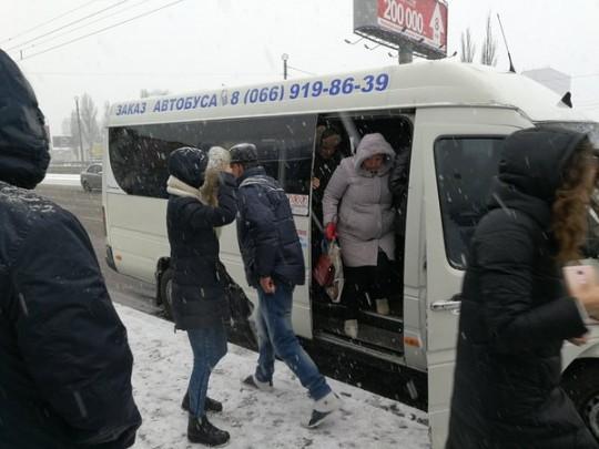 Под Киевом водитель маршрутки прищемил женщине руку и поехал