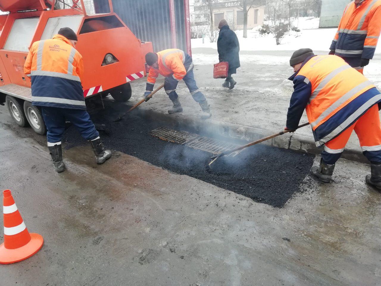 Коммунальщики продолжают ликвидацию опасных разрушений дорожного покрытия во всех районах Киева