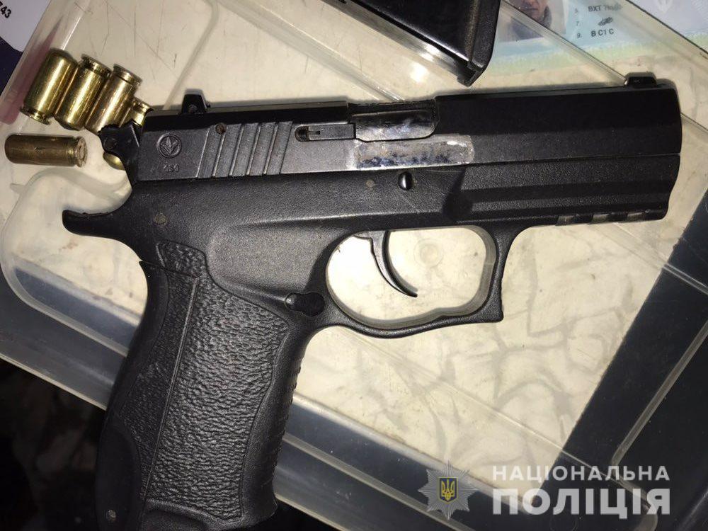 На Киевщине мужчина, поссорившись с девушкой, прострелил бабушке голову