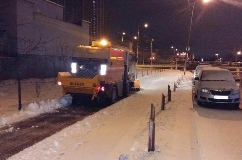 Коммунальщики работают с ночи, чтобы не допустить образования гололеда на дорогах Киева, - КГГА