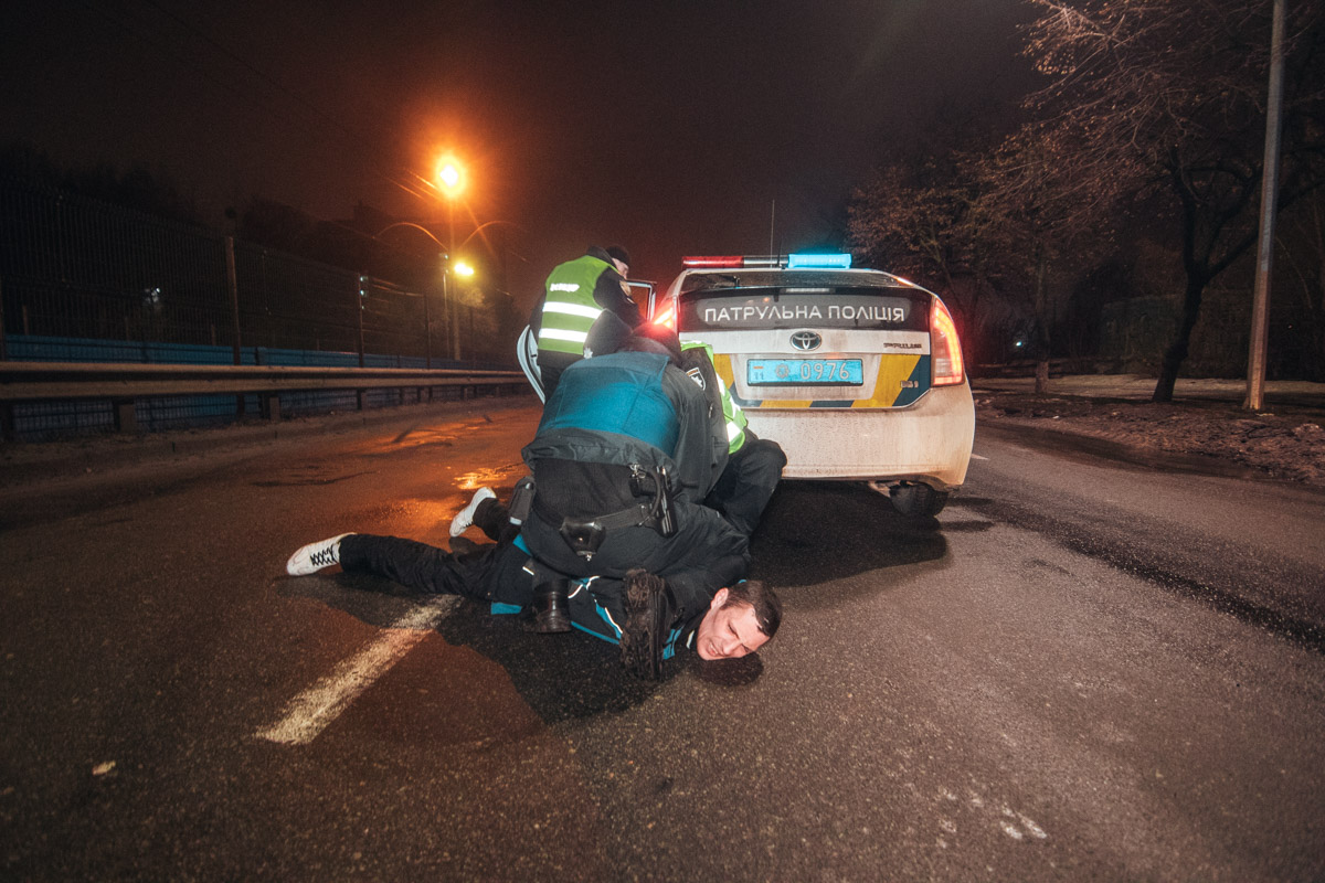 В Киеве неадекватный мужчина пытался изнасиловать полицейских