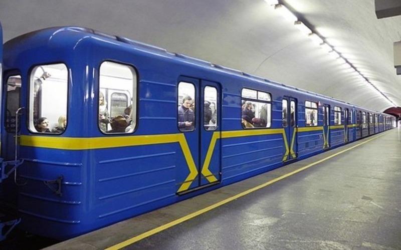 """В метро Киева подросток, рискуя жизнью, полез на рельсы за """"сердцем"""""""