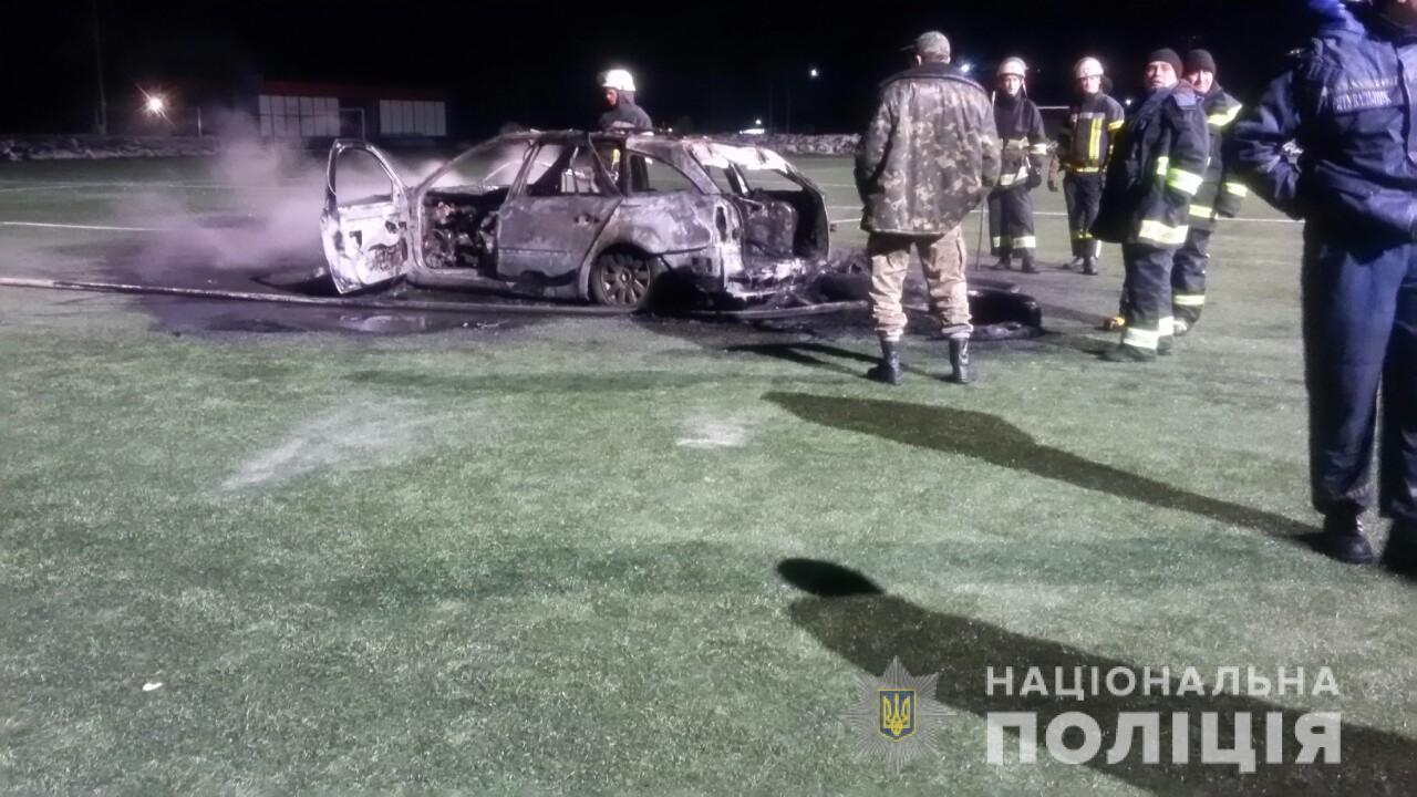 Под Киевом на футбольном поле дотла сгорел автомобиль