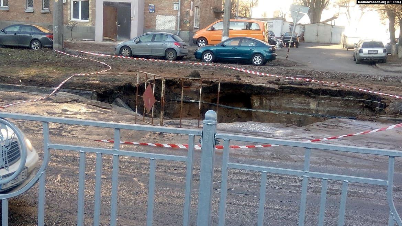 На улице Народного ополчения в Киеве провалился асфальт