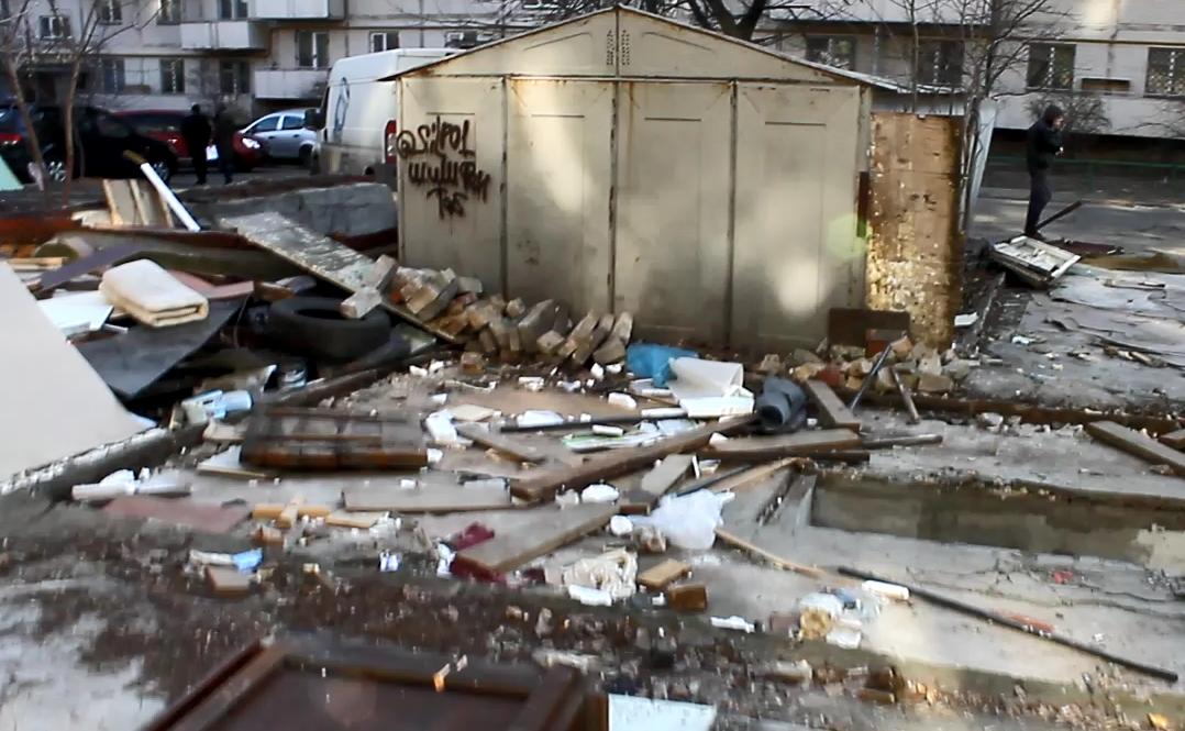 В жилом дворе Киева на проспекте Победы массово сносят гаражи