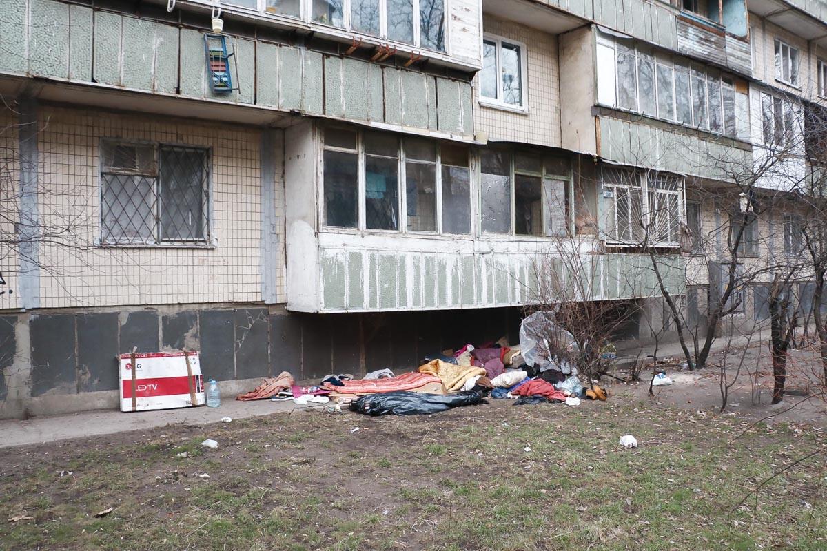 На улице Киева в шалаше умерла женщина