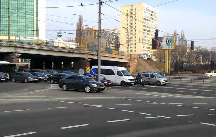 На проспекте Победы водители наглым способом объезжают перекресток
