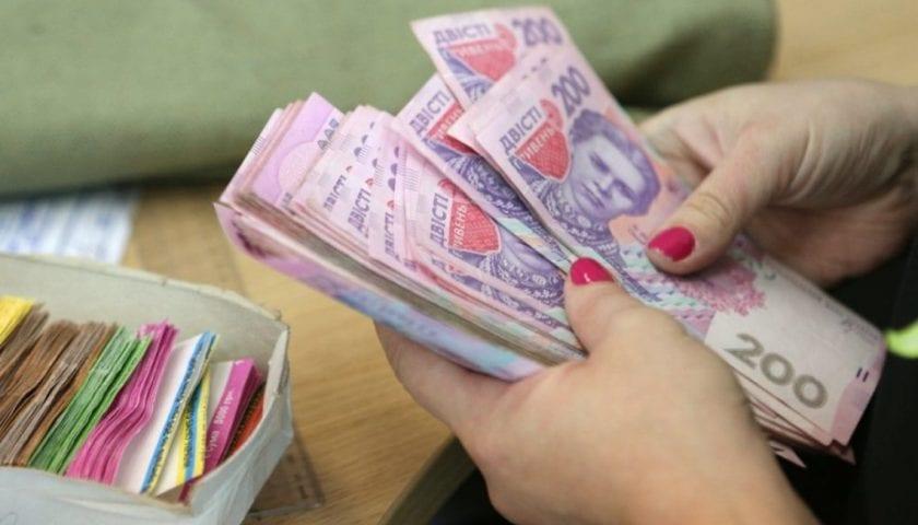 Киевлянам начнут выплачивать долги по зарплате