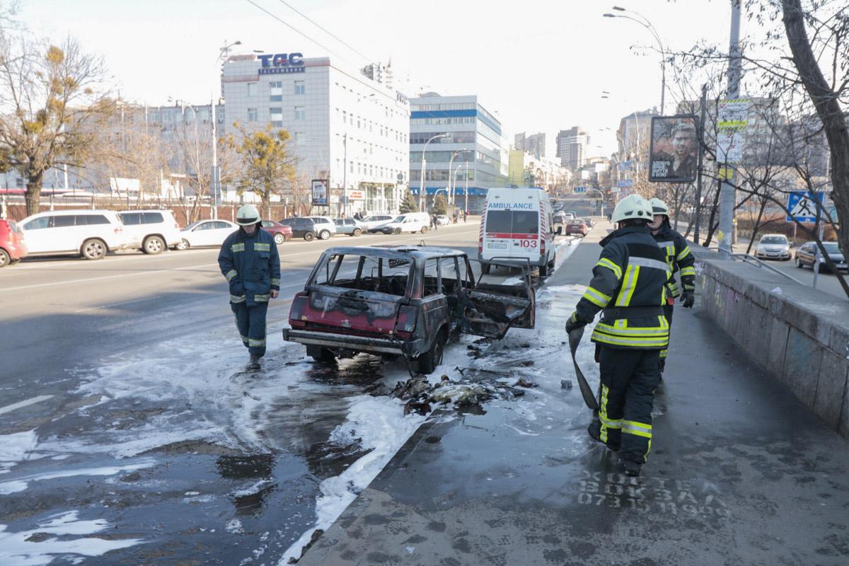 В Киеве из горящего автомобиля посреди дороги сбежали неадекватные мужчины