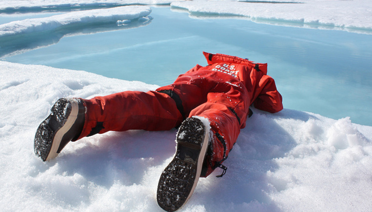 В Киеве прохожие спасли детей, провалившихся под лед