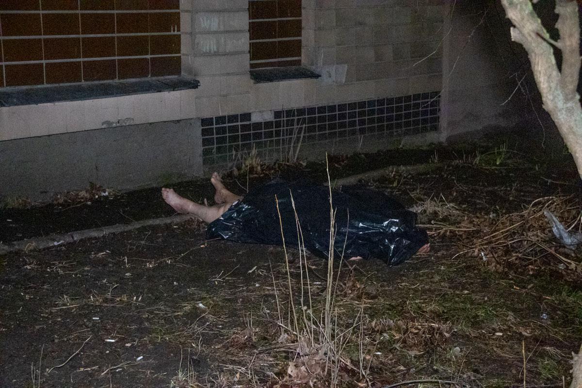 В Киеве из окна квартиры выбросилась голая женщина, страдающая шизофренией