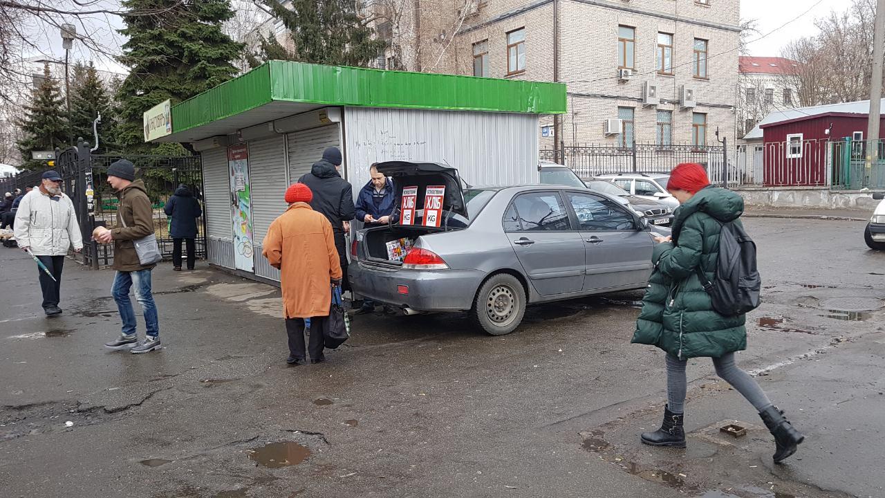 Возле Политеха киевлянам бесплатно раздавали хлеб