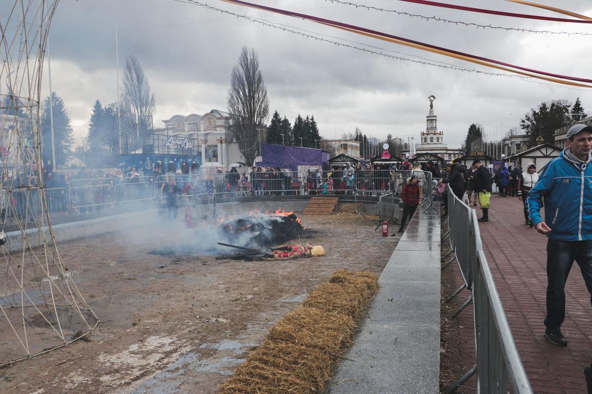 В Киеве на ВДНХ случайно сгорело чучело