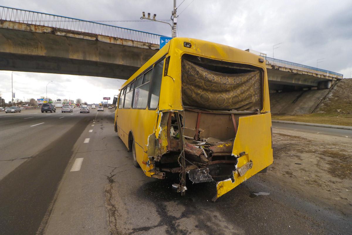 На Броварском проспекте эвакуатор врезался в неисправную маршрутку