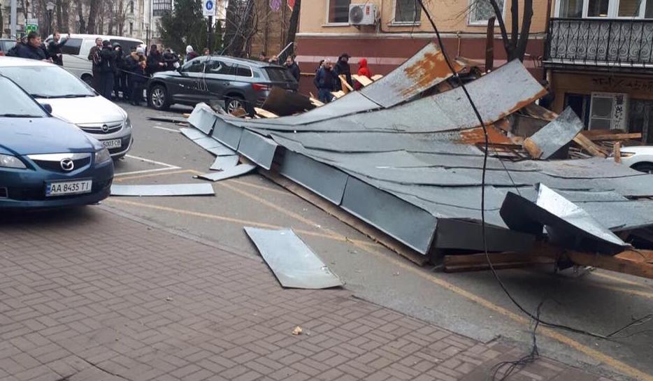 В центре Киева из-за ветра сорвало крышу, а также дерево упало на женщину