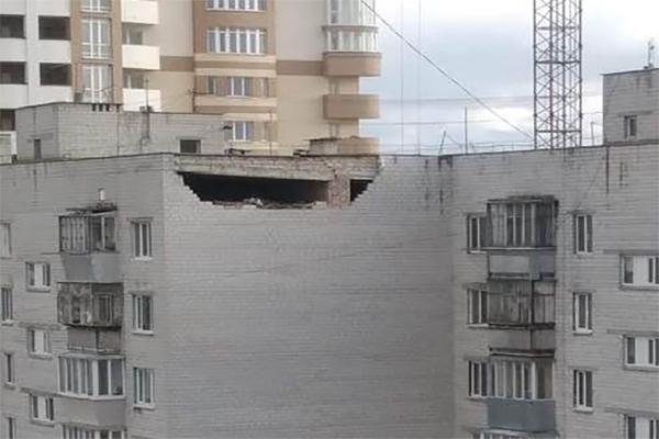 В Борисполе рухнула часть стены жилого дома