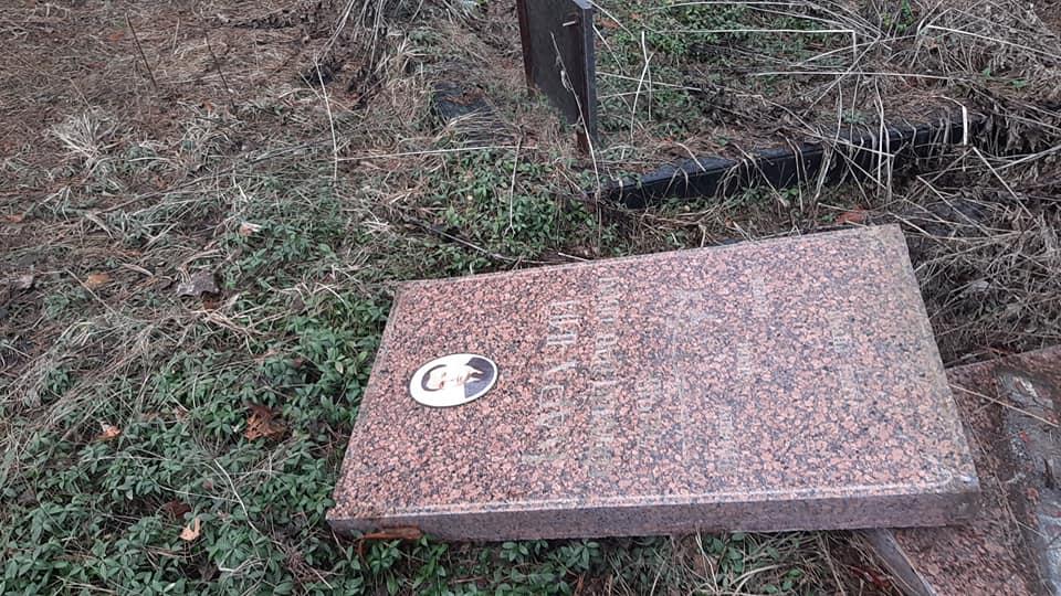 Вандалы разрушили могилы и надгробия на Лесном кладбище в Киеве