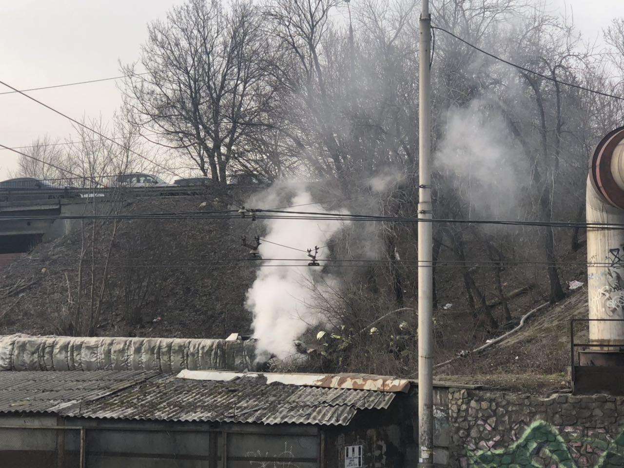 Пожар под Воздухофлотским мостом в Киеве - бомжи чуть не повредили теплотрассу