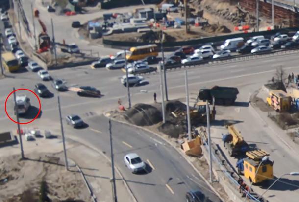 """В Киеве """"скорая помощь"""" развернулась на перекрестке навстречу потоку машин"""