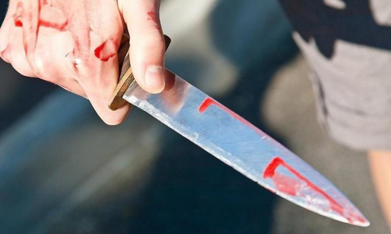 На ж/д вокзале иностранец нанес 5 ударов ножом мужчине, пересчитывающему деньги