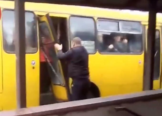 В Киеве у маршрутки отвалилась дверь во время езды по городу