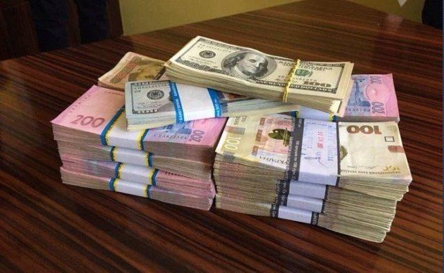 """В Киеве чиновник """"заработал"""" на обустройстве сквера 1 млн. гривен"""