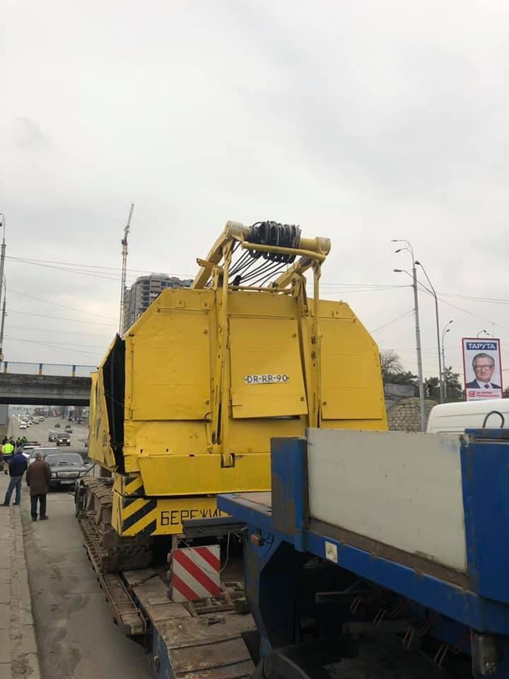 ЧП в Киеве: водитель грузовика едва не разрушил мост